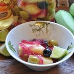 Маринованные зеленые бананы с оливками, чесноком и красным луком