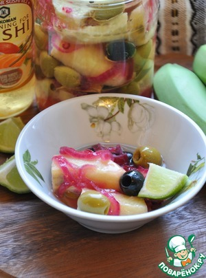 Рецепт Маринованные зеленые бананы с оливками, чесноком и красным луком