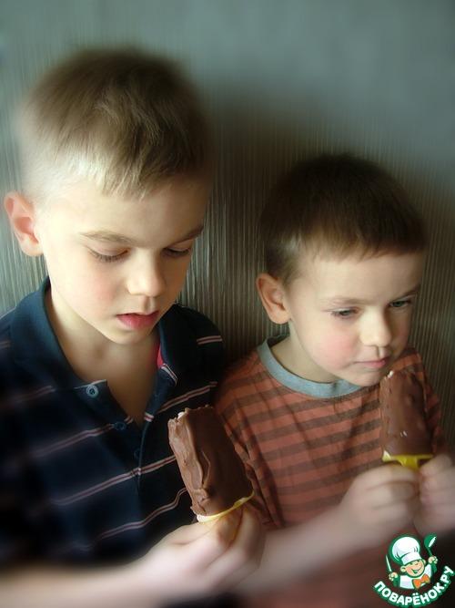 Мороженое с черносмородиновым джемом