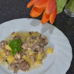 Фрикадельки с картошкой в горшочке