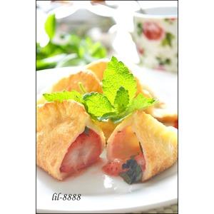 Пирожки из пельменного теста с клубникой и мелисой