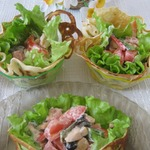 Салат с курицей и помидорами в ажурных блинчиках