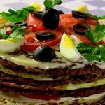 Печеночный торт с омлетом и помидорами