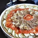 Открытый пирог с фаршем и овощами