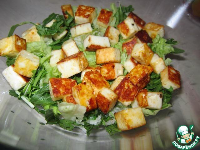 Салат с жареным сыром и курицей с фото
