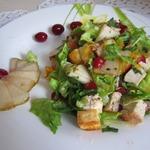 Теплый салат с грушей, сыром и курицей