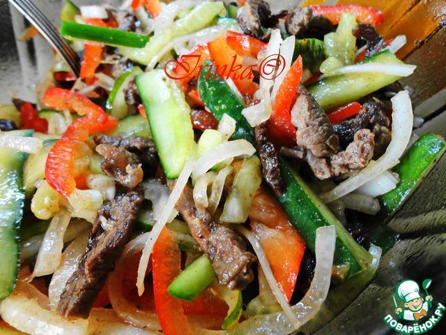 салат с говядиной и помидорами и огурцами