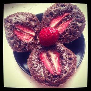 Рецепт Шоколадные пирожные с шоколадной пастой и клубникой