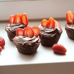 Шоколадные капкейки с клубникой