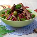 Теплый салат со свиными ребрышками и овощами