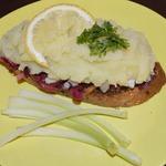 Праздничный тост-салат с сельдью