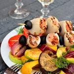 Шашлык из кальмаров и семги с гриль салатом