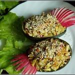 Овощной салат с рисом и соусом из авокадо