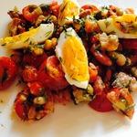 Салат из тунца с рукколой и помидорами черри