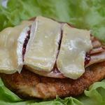 Запеченная куриная грудка с грушей, брусникой и сыром камамбер