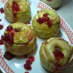 Десерт из печеных яблок с брусничным соусом