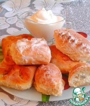 Рецепт Сдобные печеные пирожки с творогом в сметанном соусе