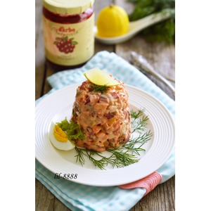 Салат из свеклы с сельдью и брусничной заправкой