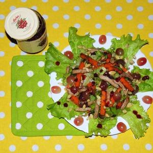 Теплый мясной салат с печеной тыквой и брусничным соусом
