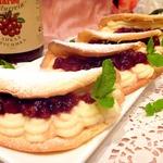 Пирожные с марципановым кремом и брусничным соусом
