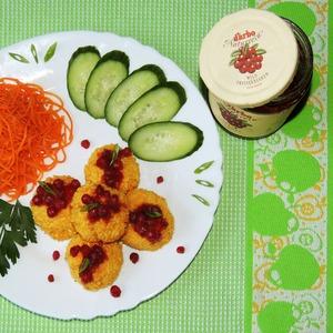 Рецепт Куриные крокеты с сюрпризом и брусничным соусом