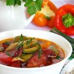 Свиные ушки с красной фасолью, овощами, оливками и копчёными колбасками