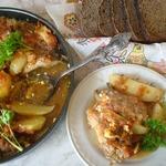 Куриные крылышки с молодым картофелем в овощном пюре