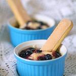 Творожный десерт с заварным кремом и карамелизованными ягодами