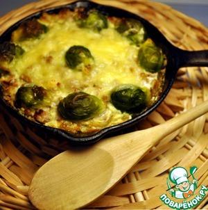 Рецепт Сковорода с мясной запеканкой и брюссельской капустой в молочно-сырном соусе