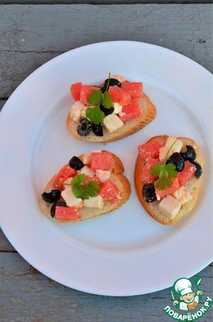 Рецепт Брускетта с адыгейским сыром, арбузом и маслинами