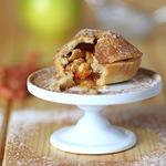 Корзиночки с яблоками и арахисом в соленой карамели