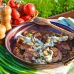 Телятина на карамелизированном луке с грибным соусом