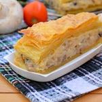 Слоеный закусочный пирог с грибами и овощами