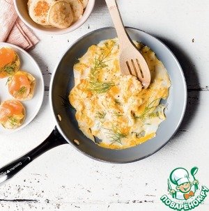 Рецепт Блины с яичницей болтуньей и копченым лососем