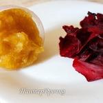 Сушеные лепестки роз под яблочно-карамельным соусом