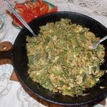 Жареная фасоль с луком и яйцом