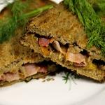 Сэндвич на гриле с сыром и беконом