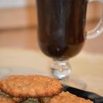 Злаковое печенье с кленовым сиропом и яблочным соусом
