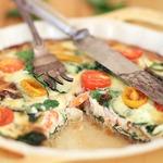 Киш с белой рыбой, креветками и шпинатом