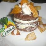 Блинное пирожное с мороженым и фруктами фламбе