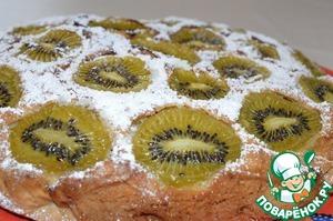 Рецепт Бисквитный пирог с изюмом, орехами и киви