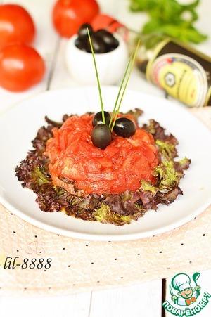 Рецепт Салат с малосольной семгой, маслинами и помидорами