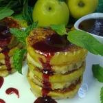 Гренки c печеными яблоками и вишневым соусом