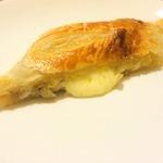 Пирог-рулет из слоеного теста с луком и сыром
