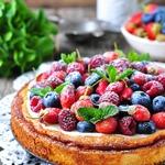 Творожная запеканка со сметанным кремом и ягодами