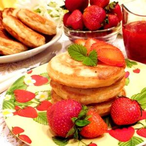 Рецепт Оладьи с многозерновыми хлопьями и клубнично-банановым прпеком