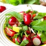 Горчичный салат с черешней и миндалем