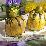 """Картофельная """"лилия"""", запеченная с зеленым соусом"""