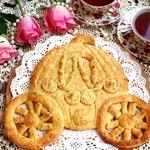 Фигурный пирог с курагой и корицей Карета