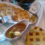 Вафельный картофель с соусом из соленых огурцов
